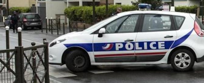 Sconosciuto pugnala passeggeri della metro: è caccia all'uomo a Parigi