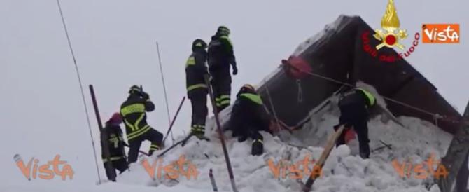 Hotel Rigopiano, i muri di neve non fermano i vigili del fuoco (video)