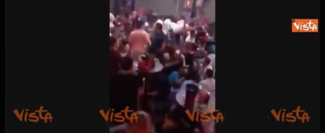Sparatoria in Messico: le persone si nascondono sotto i tavoli del bar (video)