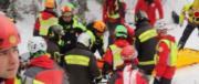 Altri superstiti liberati dalle macerie in arrivo all'ospedale di Pescara