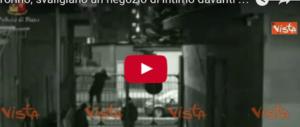 Rapinano negozio di intimo davanti alle telecamere: rom arrestati (Video)