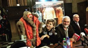 La cantante russa Vika Tsyganova con l'abito per Melania Trump