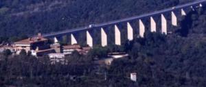Volo di cento metri dal viadotto: 45enne si suicida a Grosseto