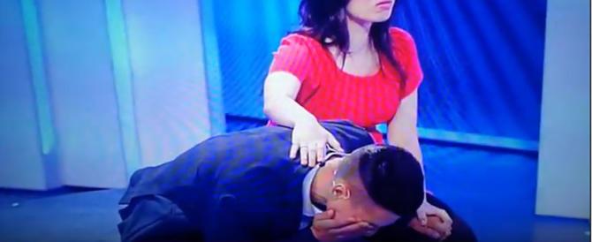 """Dramma a """"C'è posta per te"""": figlio in ginocchio, la madre lo rinnega (video)"""
