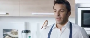 «Il passerotto sembra stupido». Animalisti contro lo spot di Del Piero (video)