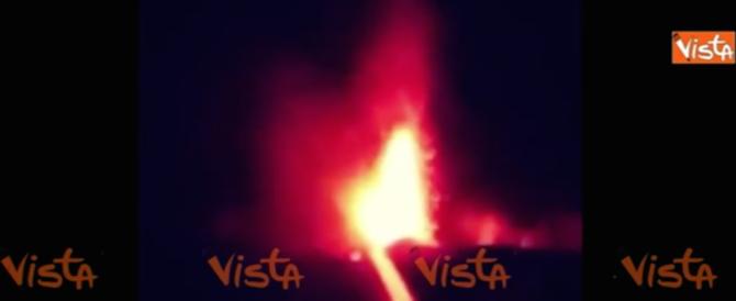 L'Etna erutta sempre di più, la lava incandescente scende a valle (video)