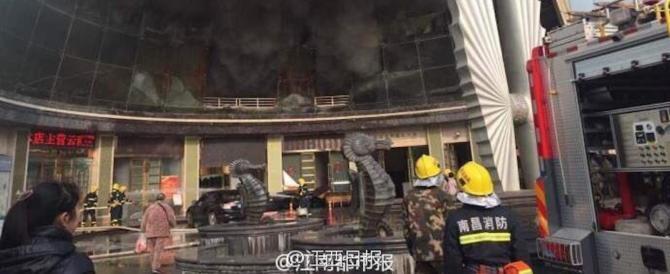 Cina, hotel di lusso in fiamme: 3 morti e decine di persone intrappolate