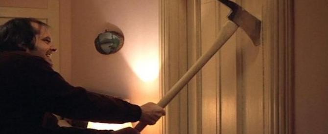 Moglie e figlia lo lasciano e lui tenta di sfondare la porta col machete: arrestato