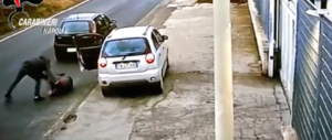 Rapinarono e trascinarono una donna attaccata all'auto (video). Due arresti