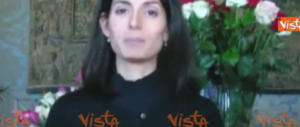 """Grazie della polizza, anzi, dei fiori: su Fb """"canta"""" Virginia Raggi… (video)"""