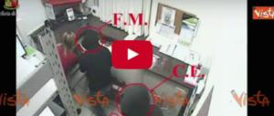 Le immagini della rapina alla Raffeisen e l'arresto di due italiani (video)