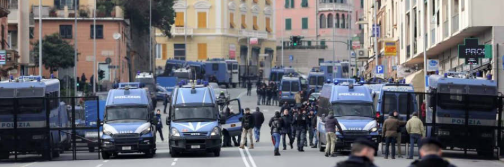 Genova blindata, manichini impiccati e tafferugli con la polizia nella zona rossa