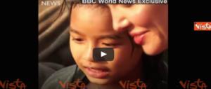 """La Jolie prepara (e mangia) grilli e insetti: la """"lezione"""" di cucina spopola sul web (video)"""