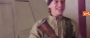 Nuovo video dell'Isis: due ragazzini sorridono prima di farsi esplodere (video)