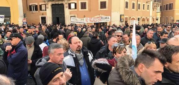 Ugl a Montecitorio coi manifestanti: «Trecentomila posti di lavoro a rischio»