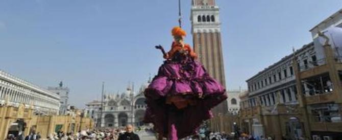 Carnevale di Venezia al via tra agenti in maschera e calli blindate