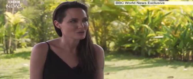 """Angelina Jolie parla di Brad e si commuove: """"La mia famiglia…"""" (video)"""