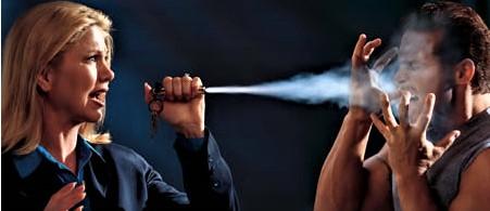 Minacciata dal marito con l'acido, si difende con lo spray al peperoncino