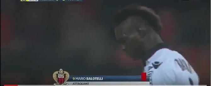 Balotelli è tornato quello di prima: insulti all'arbitro, espulso (video)
