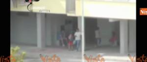 Spacciatori in azione tra i bambini che giocano: retata a Maddaloni (video)