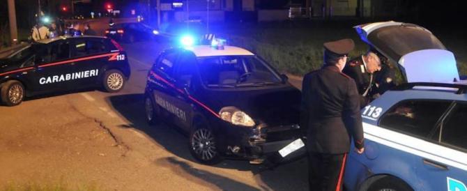 Abbandona il figlio in macchina di notte e va in discoteca: arrestato