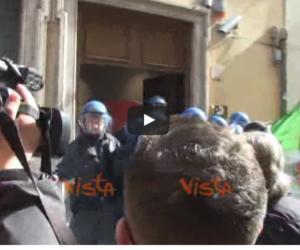 """Scontri davanti alla sede del Pd: tassisti e ambulanti gridano """"buffoni""""  (VIDEO)"""