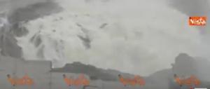 Diga di Oroville, ore di terrore: la piena travolge la copertura (video)