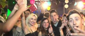 In discoteca il premier è ancora il Cav e il 25 aprile è la festa della libertà dagli ebrei (video)
