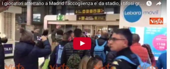 I giocatori del Napoli a Madrid portati in trionfo dai tifosi azzurri (video)