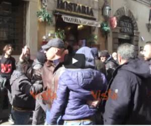 Tassisti e ambulanti contro il Pd: «La rovina dell'Italia siete voi» (VIDEO)