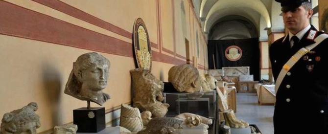 Mini museo in casa con reperti rubati: due arresti e 250 pezzi recuperati