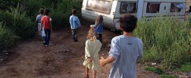 Roma, bimba di due anni vagava da sola in strada: denunciati i genitori rom