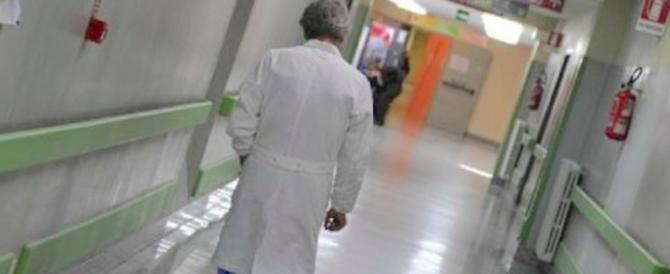 Partorisce una bimba morta, il padre e la nonna sfasciano l'ospedale