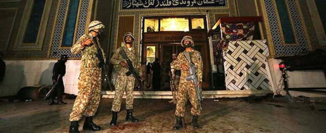 Pakistan, attacco Isis in un santuario: 80 morti. Chiuso il confine con Kabul
