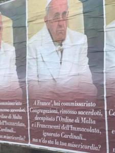 I manifesti che contestano Bergoglio affissi a Roma