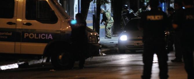 Tragedia in Argentina: un uomo accoltella moglie e 4 figli, poi da fuoco alla casa