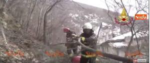 """Un'altra impresa dei pompieri: la """"sfida"""" a un masso pericolante (video)"""