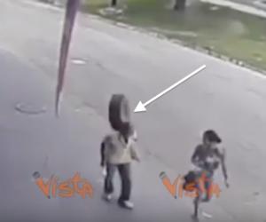 Ruota si stacca dall'auto in corsa e colpisce alla testa un uomo (video)