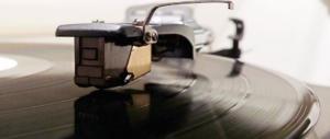 Il fascino del vinile colpisce ancora: escono i 45 giri delle hit di Sanremo