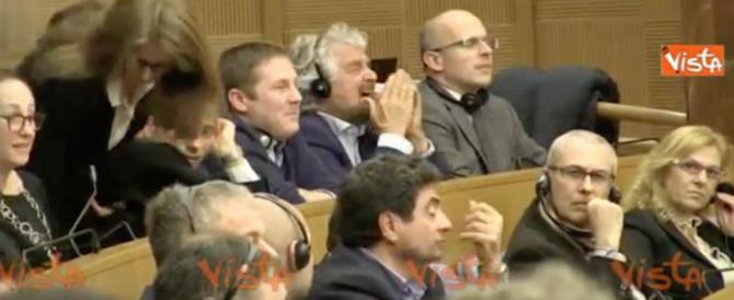 Beppe Grillo al convegno del M5S sull'acqua: sbadigli e risate (video)