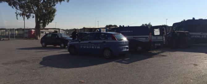 Castel Romano, auto saccheggiate nel parcheggio dell'outlet: un arresto