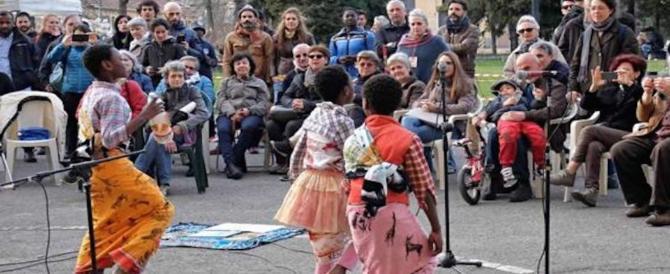 """Bambini """"costretti"""" a cantare """"Bella ciao"""" ai profughi: esplode la polemica"""