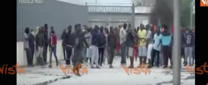 Ventisei immigrati arrestati per la devastazione del Cara di Foggia (video)