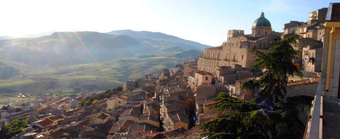 Dopo Candela, Gangi: case gratis nel borgo più bello d'Italia. Belpaese in svendita?