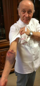 Mario Cattaneo mostra la ferita al braccio