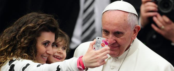 """La provocazione del Papa: """"Usate la Bibbia come il vostro telefonino"""""""