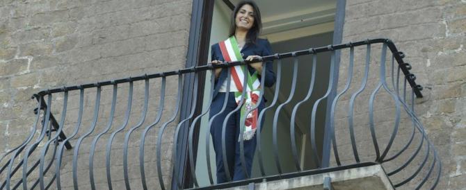 """La Raggi """"ci prova"""" con Fiorello: lo saluta dal balcone del Campidoglio, ma…"""