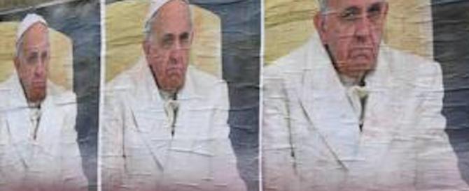 Manifesti contro il papa. Bergoglio minimizza: «Il romanesco mi piace…»