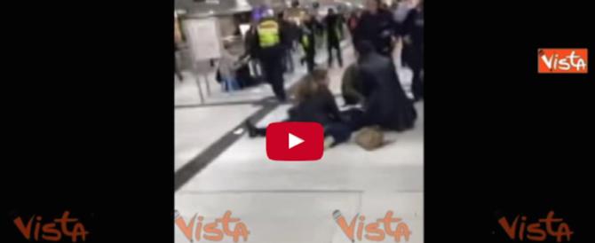 Düsseldorf, aggredisce i passanti a colpi d'ascia: tra i 9 feriti anche italiani (video)