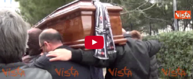 Lacrime e rabbia a Palermo ai funerali del clochard bruciato vivo (video)